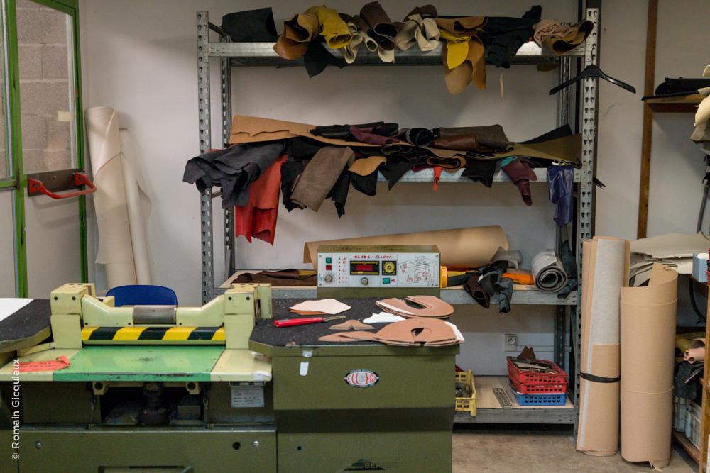 Atelier de découpe du cuir. Première étape de conception d'une chaussure