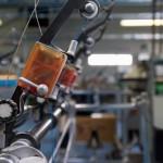 Atelier de tricotage des différents éléments d'un pull par des machines