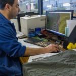 Laurent en train de programmer les motifs de futurs pulls.