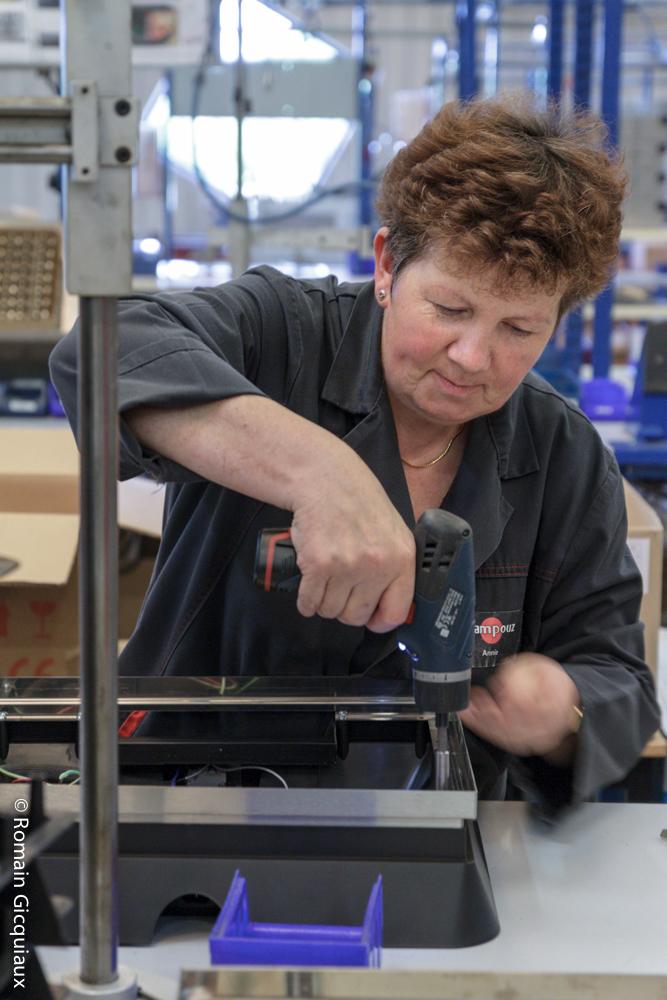 Annie travaille chez Krampouz. Retraitée dans 2 ans, elle raconte l'usine, entre 2 planchas à monter.